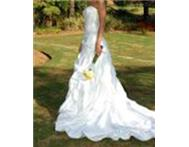 Urgent!Beautiful white wedding dress for sale
