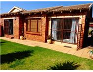 Townhouse For Sale in FLORIDA GLEN ROODEPOORT